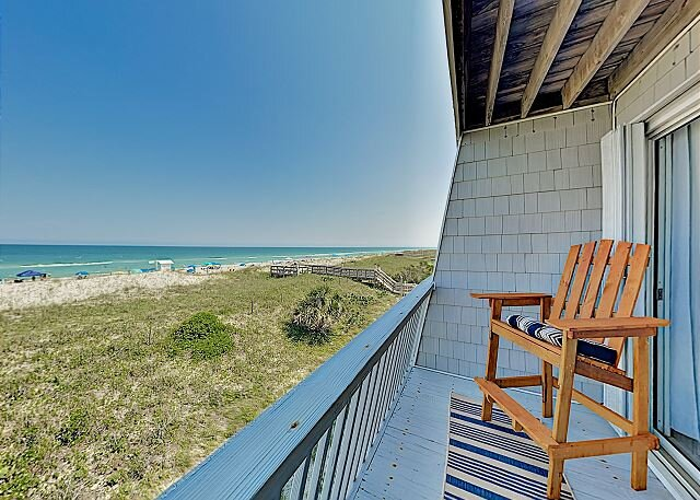 New Listing! Oceanfront Townhouse: Balconies & Beach Views - Steps to Shore, alquiler vacacional en Carolina Beach