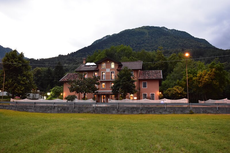 Dolomitiloungebelluno la villa nel parco, vacation rental in Belluno