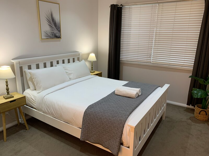 Bright 3-bedroom apartment - Central Armidale, holiday rental in Armidale