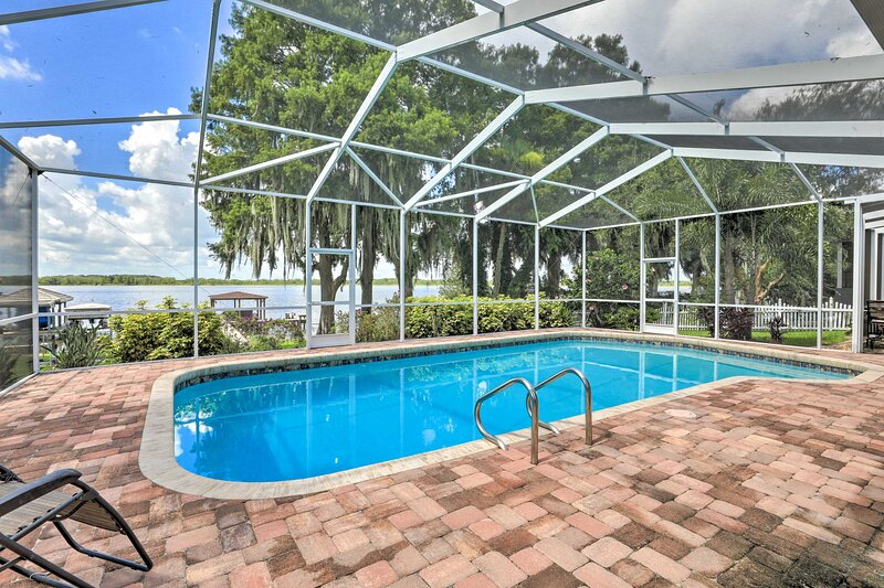 Winter Haven Home with Dock & Hot Tub!, holiday rental in Auburndale
