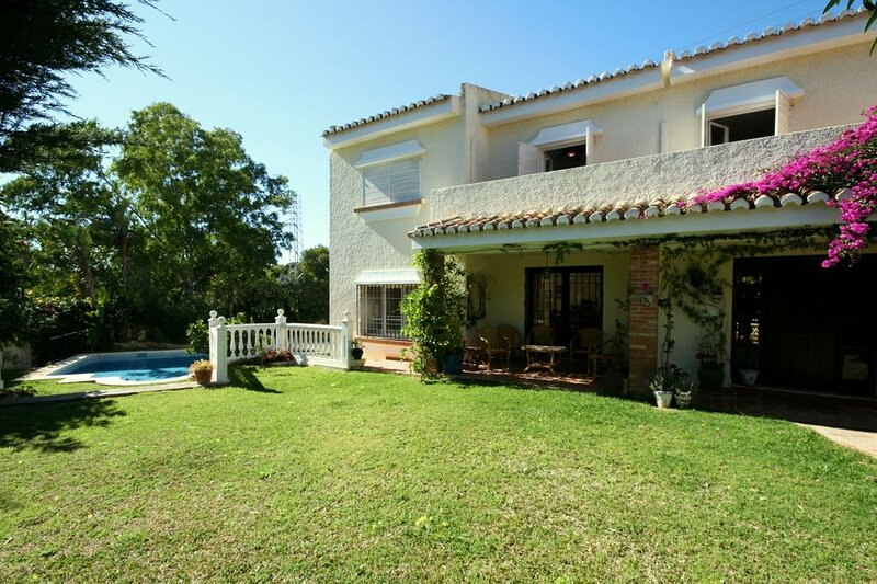 Immaculate 3-Bed Villa in Mijas, holiday rental in Sitio de Calahonda