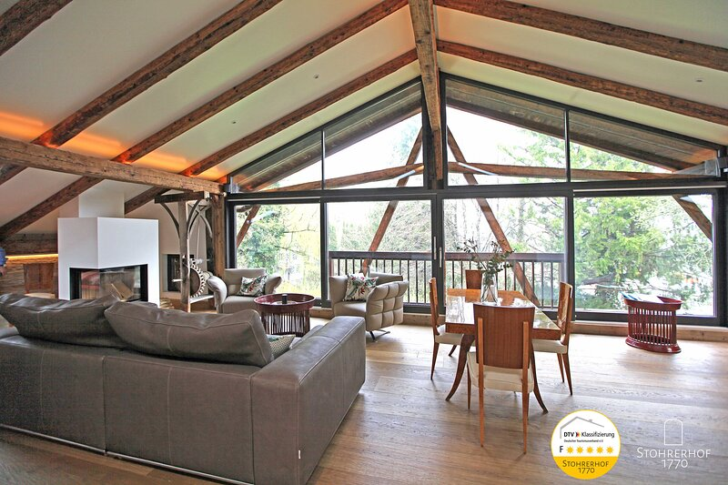5 Sterne Penthouse für bis zu 4 Personen, holiday rental in Feldafing