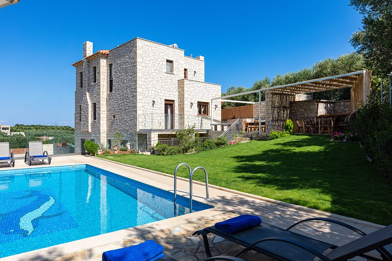 Stone Built  villa with private pool offering a peaceful setting, casa vacanza a Margarites