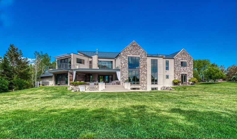 INDIGO - Vibrant & Luxe Estate w/Mountain & Lake Views, vacation rental in Lafayette