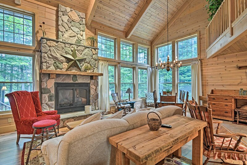 NEW! Rustic + Modern Home w/Fire Pit on Tower Pond, holiday rental in Tower