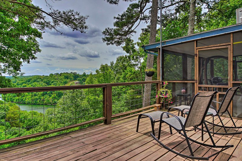 NEW! Beaver Lake Home w/ Views + Private Pool!, holiday rental in Rogers