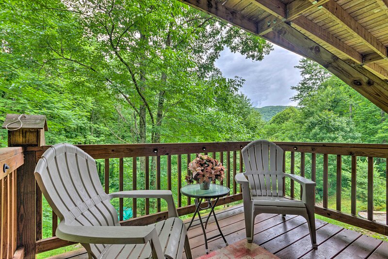 NEW! Pet-Friendly Maggie Valley Home w/ 2 Decks!, vacation rental in Maggie Valley