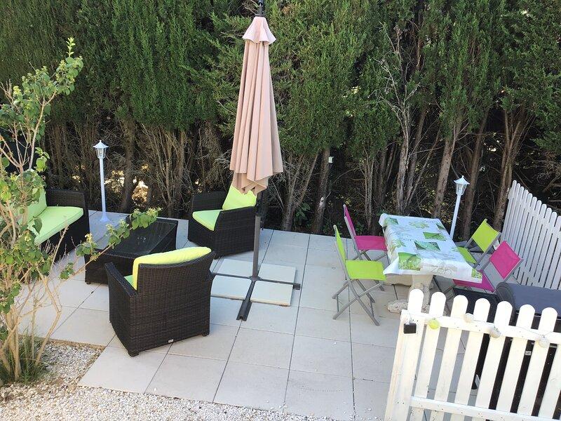 terrasse avec coin repas et barbecue et salon jardin