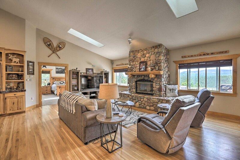 NEW! Upscale Mountain-View Manor w/ Deluxe Deck!, location de vacances à Rollinsville
