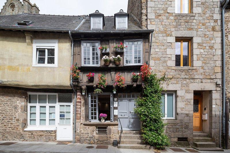LA BELLE A COLOMBAGE - Maison XVIIème rénovée au coeur de Dinan, holiday rental in Lanvallay