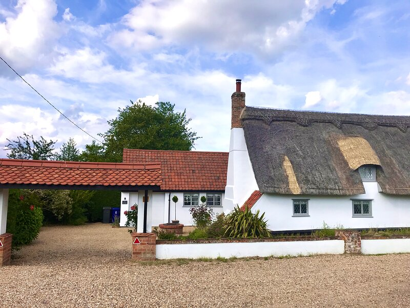*Charming Thatched Cottage* close to Bury St Edmunds, location de vacances à Bury St. Edmunds