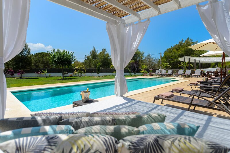 Luxurious Retreat Villa in Nature for a large group of Families or Friends, alquiler de vacaciones en Ibiza