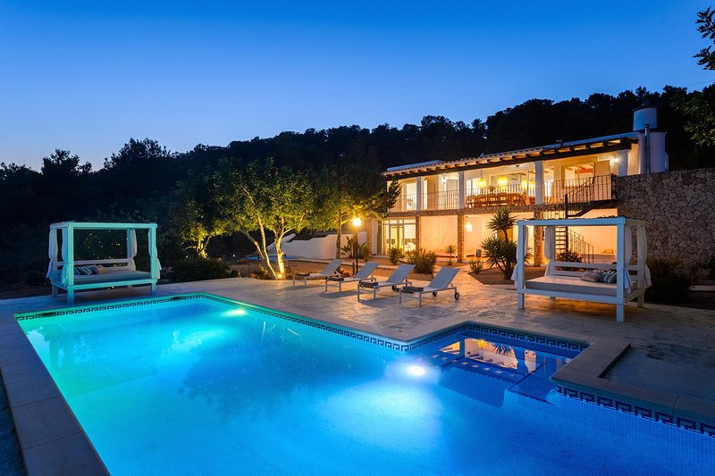 Beautiful and Private Sea-View Retreat Villa suitable for Families and Friends, location de vacances à Sant Josep de Sa Talaia