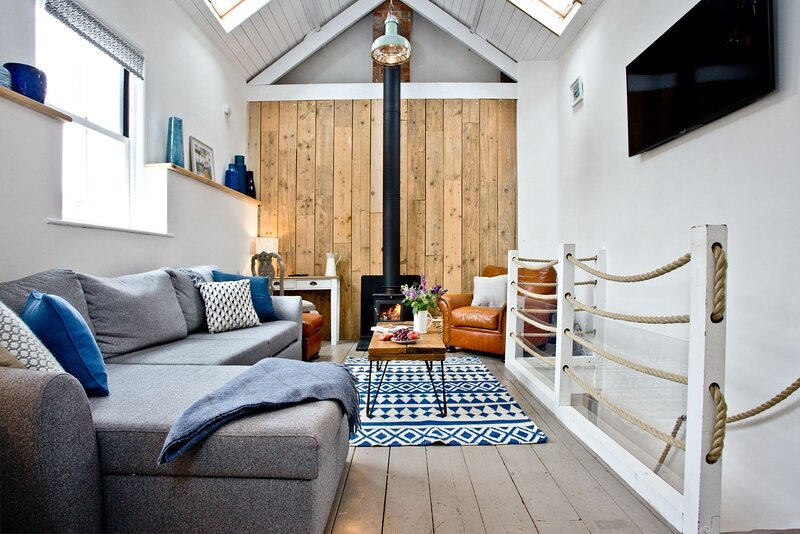 Birdcage Cottage - A coastal hideaway for four, this two bedroom cottage is loca, holiday rental in Rame