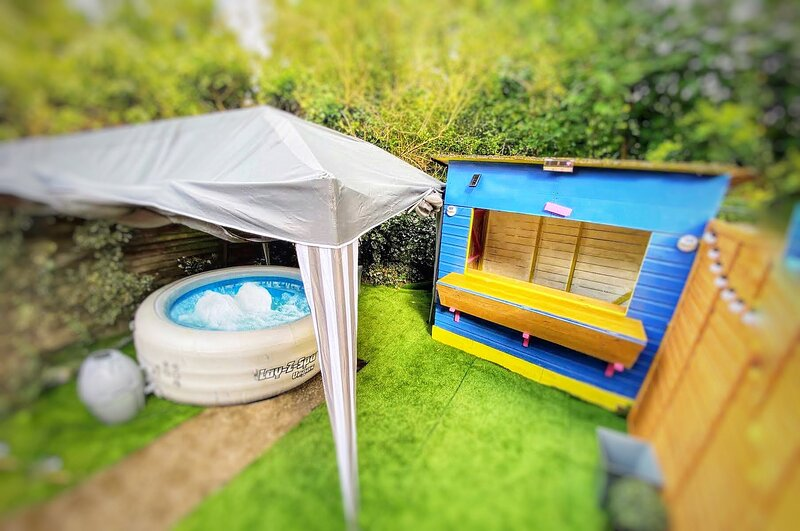 City Centre Retreat with Hot Tub & Tiki Bar, vacation rental in Canterbury