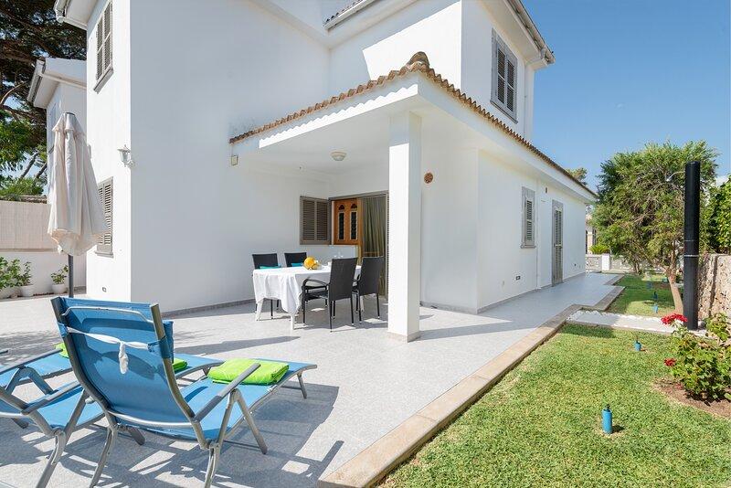 VILLA ISABEL - Chalet for 8 people in Playa de Muro, casa vacanza a Playa de Muro