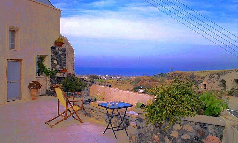 Real Santorini, Cave House far from the crowds, location de vacances à Vothonas