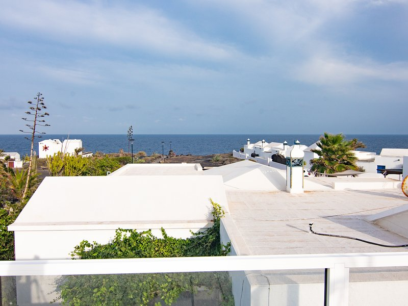 Bungalow Galán, 80m from the sea, amazing terrace and solarium with ocean views, holiday rental in Charco del Palo