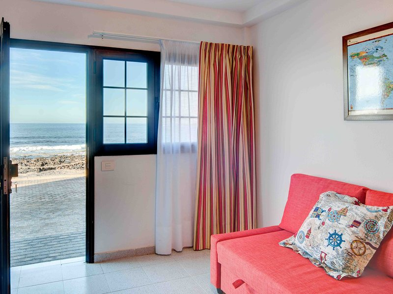 La Santa 1- seafront apartment, 5m from the sea with communal roof top terrace, holiday rental in Soo