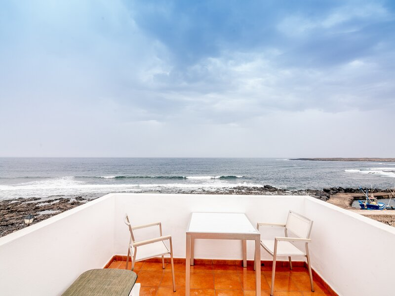 La Santa 5- Seafront apartment with amazing sea views from private terrace, holiday rental in Soo