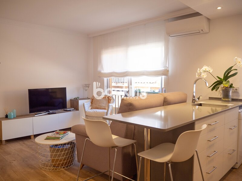 APARTMENT RENOVATED WITH ONE ROOM 2 MINUTES WALKING FROM THE BEACH, holiday rental in Sant Feliu de Boada
