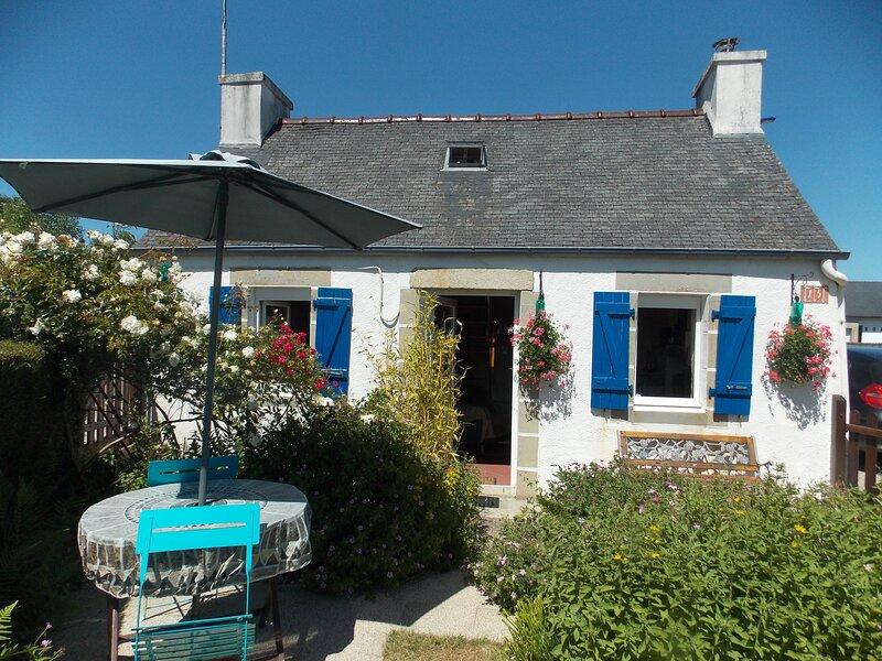 Chaleureux petit gite avec cheminée, jardinet clos, Monts d'Arrée, 30 min mer, holiday rental in Carnoet