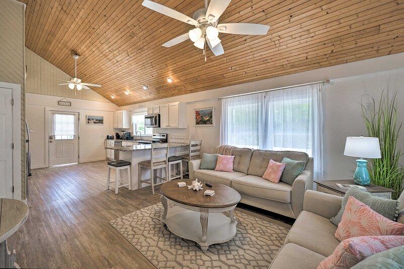 Pet-Friendly Oak Island Home Steps to Ocean Shore!, location de vacances à Caswell Beach