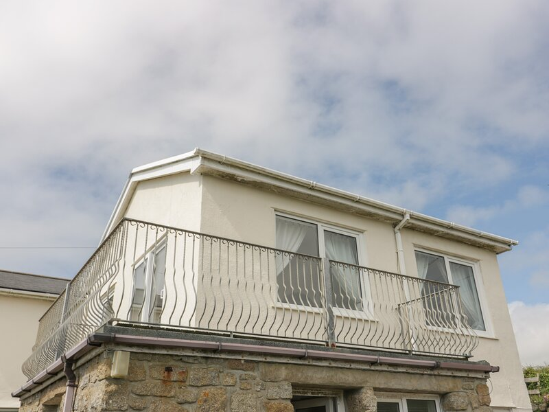 THE LOOKOUT, private beach access, sea views, balcony, pet-friendly, Sennen, vacation rental in Sennen Cove