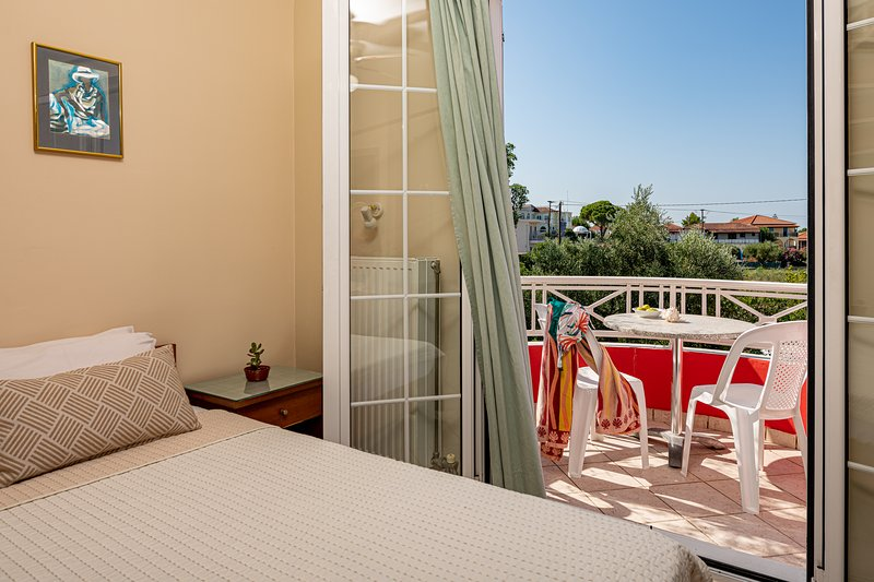 Spiros family apartment sleeps up to 5 ppl, holiday rental in Lagopodo