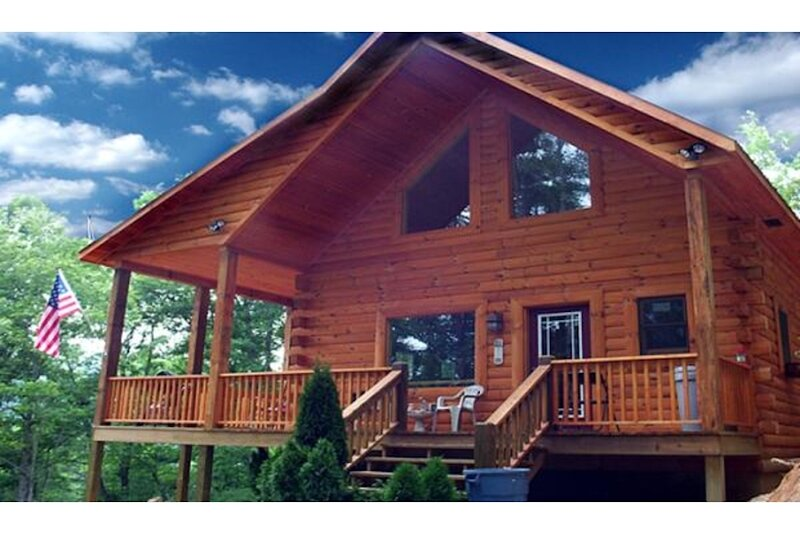 Little T's Cabin at The Great Smoky Mountains, Best Location, Hot tub & WiFi, holiday rental in Bryson City