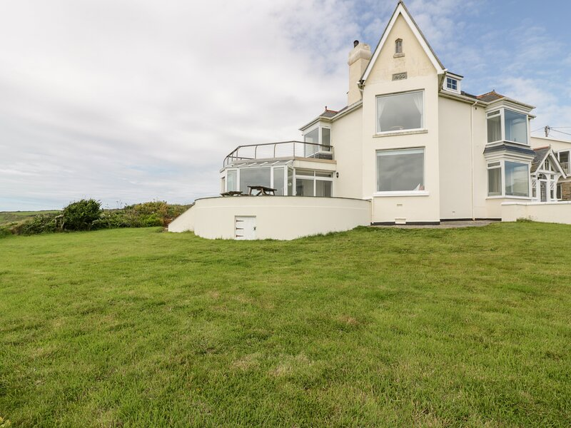 CARN EVE  spacious detached house, five bathrooms, open fire,games room, Sennen, vacation rental in Sennen Cove
