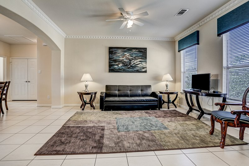 8 guests,Three bedroom like new condo,, holiday rental in North Houston