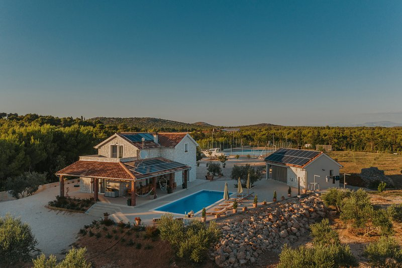 Amazing Villa Ema Nika, with a Pool, holiday rental in Vodice