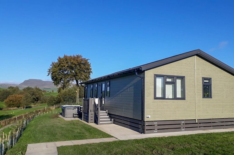 Kingsdale Lodge - Luxury Two-Bedroom Lodge With Outdoor Hot Tub, vacation rental in Wennington
