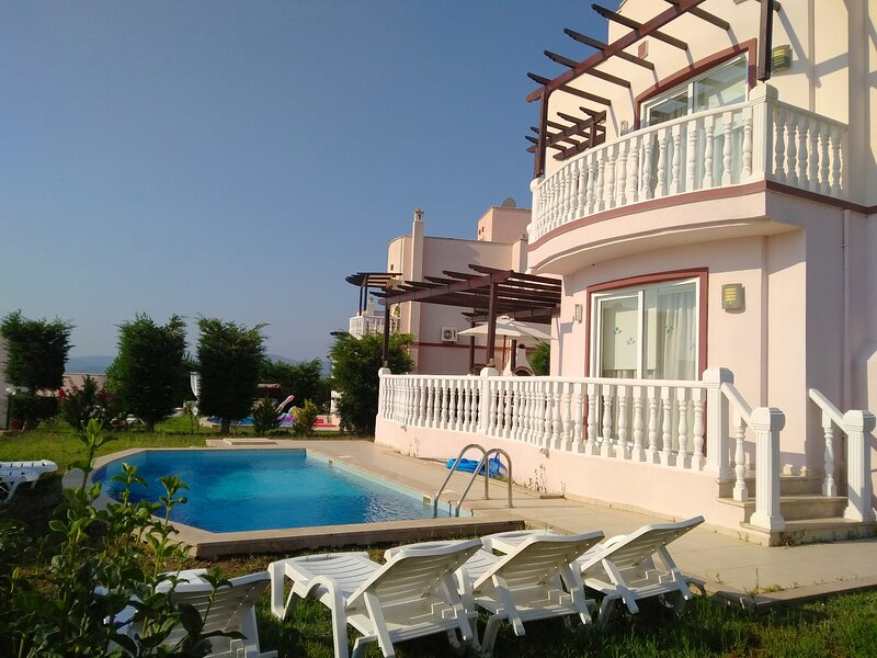 4 BEDROOM VILLA WITH OWN SWIMMING POOL IN A GATED COMMUNITY CLOSE TO BEACHES, holiday rental in Dorttepe