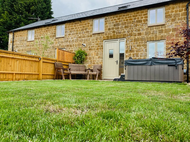 COW BYRE, both bedrooms with TV, woodburner, pet-friendly, WiFi, Great Tew, Ref, casa vacanza a Great Tew
