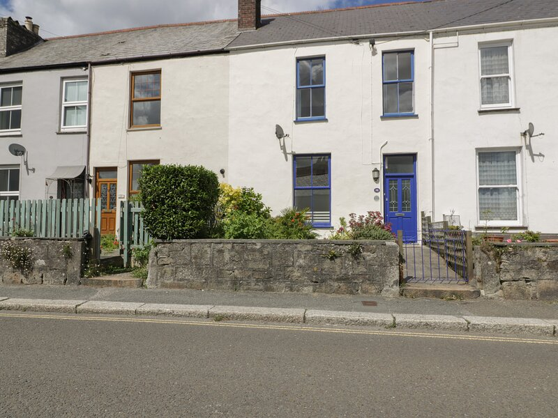 28 BODMIN ROAD, pet friendly, close to town centre, character cottage, in St, holiday rental in St Austell