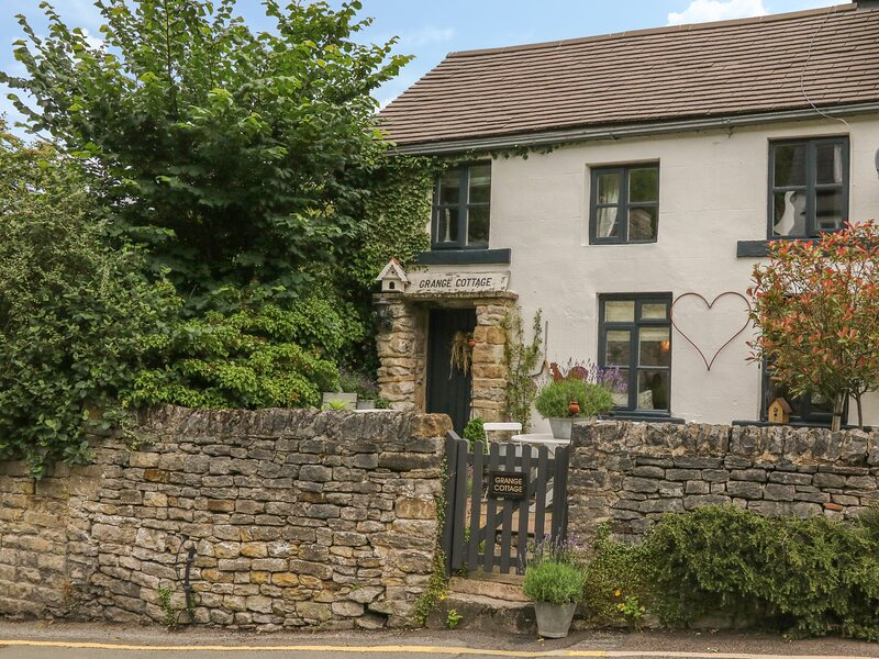 GRANGE COTTAGE, pet-friendly, beautiful cottage, character, woodburner, WiFi, holiday rental in Castleton