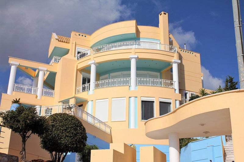 Stargazer villa, by the see, solar pool, vacation rental in Marathon