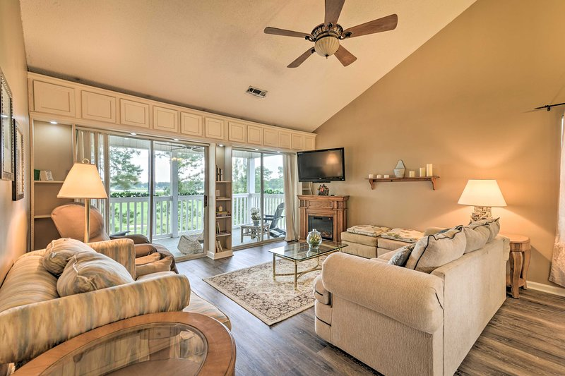 NEW! Trifecta: Golf Villa Central to CCU & M Beach, holiday rental in Forestbrook
