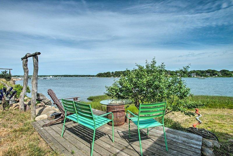 NEW! Martha's Vineyard Getaway w/ Waterfront Deck!, alquiler vacacional en Vineyard Haven
