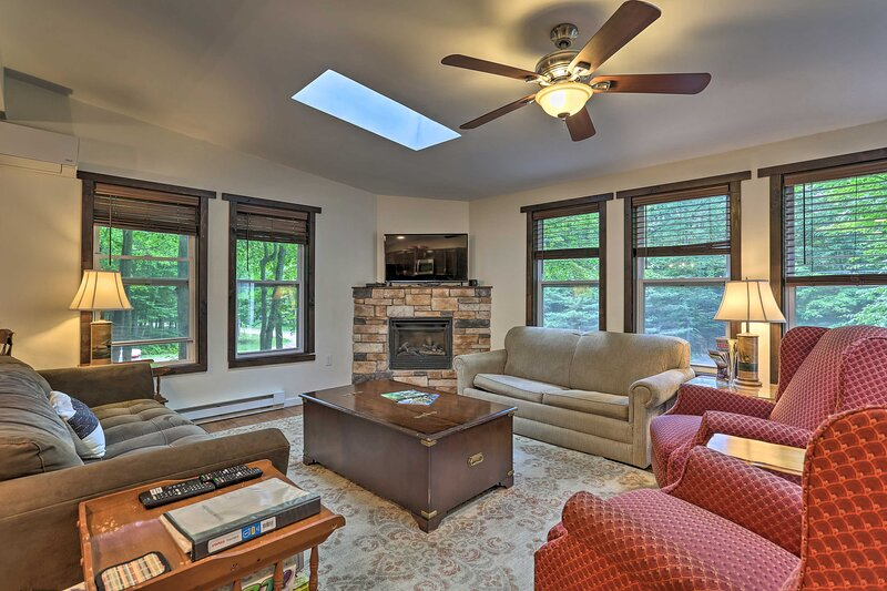 NEW! Lake Retreat w/ Fire Pit, BBQ & Game Room!, holiday rental in Bear Creek