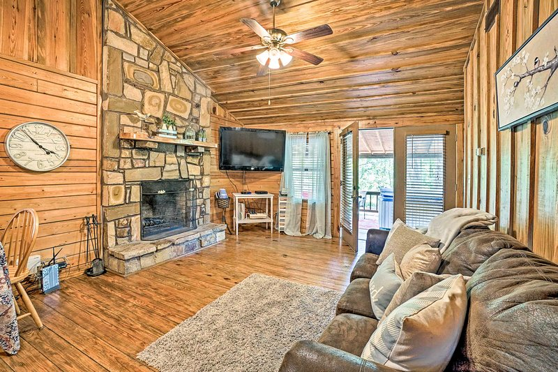 NEW! Cozy Broken Bow Cabin w/ Hot Tub & 2 Porches!, vacation rental in Hochatown