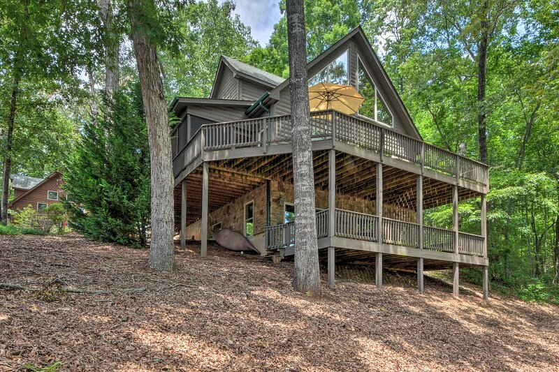NEW! Spacious Family Retreat: Steps to Lake Keowee, holiday rental in West Union