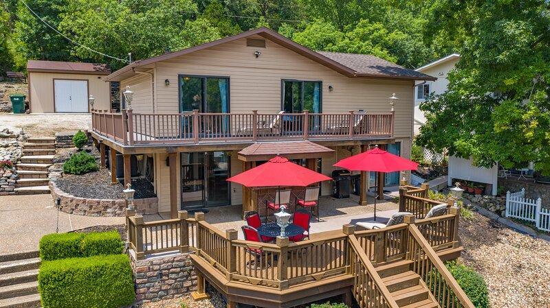 4 Bedroom home - Lake Front -12'x28' boat slip -No Wake, location de vacances à Lake of the Ozarks