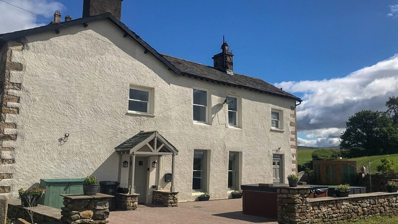 Low Hall Cottage - 3-Bedroom, Grade II listed cottage with Hot Tub, vacation rental in Wennington