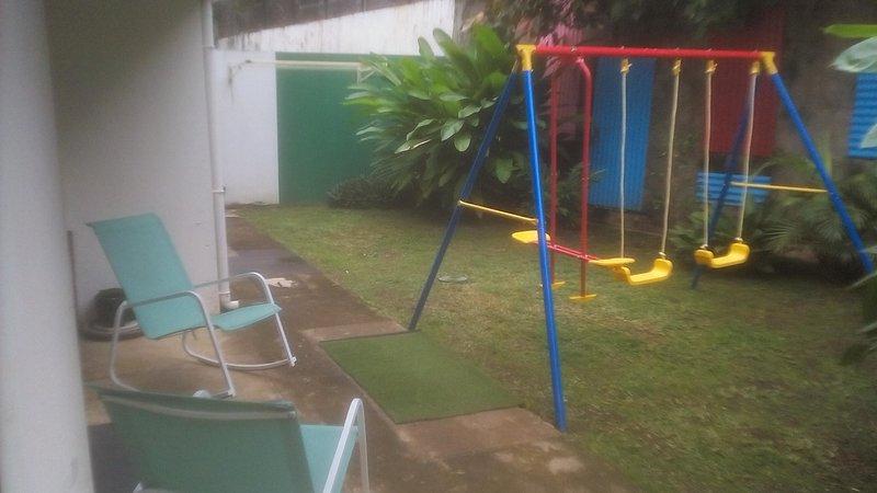 particulier loue à la semaine belle chambre avec SDE (27 m²) sur jardin ; terras, casa vacanza a Nuova Caledonia