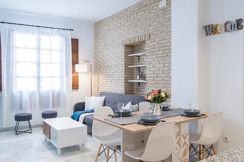 APARTAMENTO EN TRIANA (3 HAB, 2 BAÑOS, WIFI y AC), holiday rental in Valencina de la Concepcion