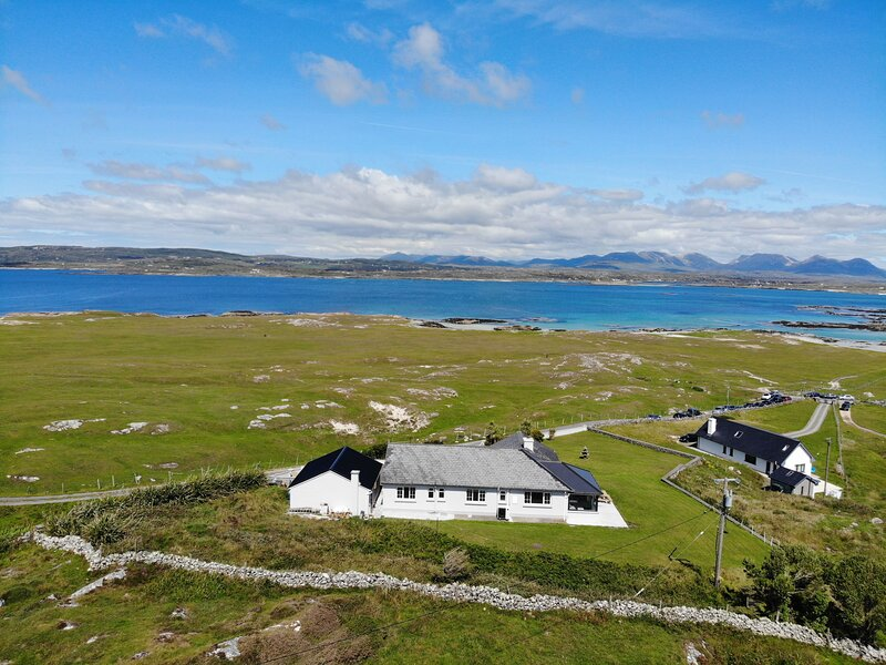 Seacrest House - This beachfront holiday home is a stones throw from a white san, vacation rental in Clifden