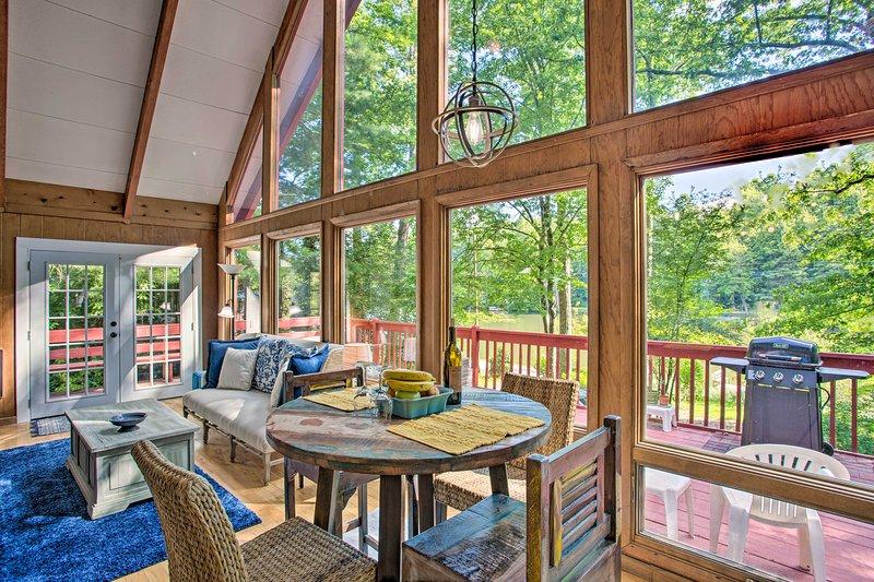 Spacious & Private Saluda Cabin w/ Deck & Grill!, holiday rental in Saluda